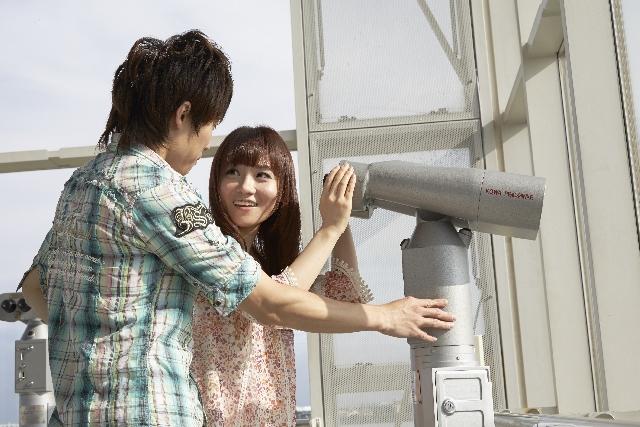 展望台で談笑するカップル