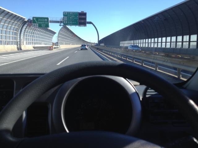 高速道路を走る車とそのハンドル