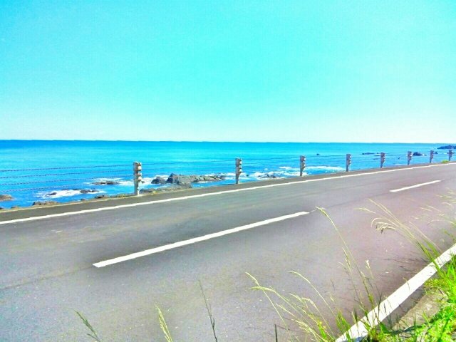 快晴の海沿いの道路