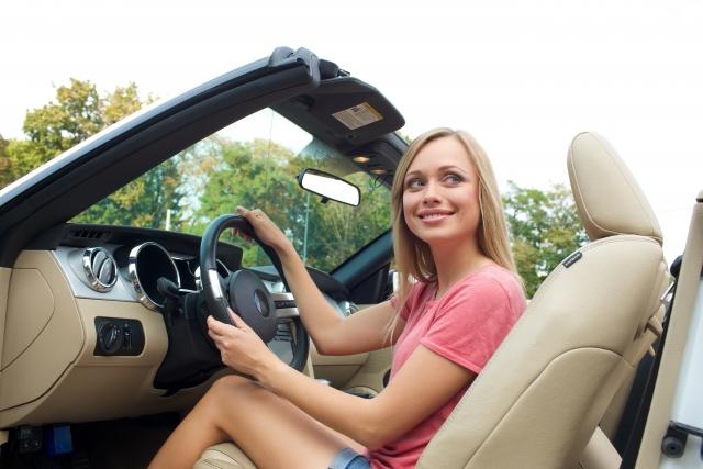 オープンカーを運転する女性