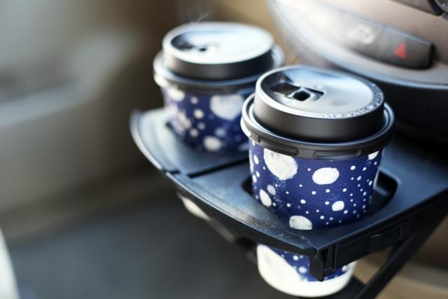 車内のカップ置きに置かれた2つのカップ