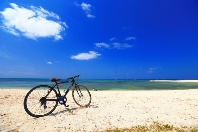 快晴の海と自転車