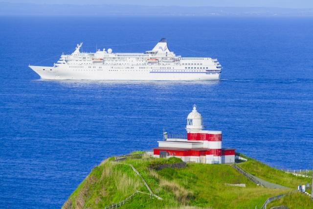 晴れの日に航海する船