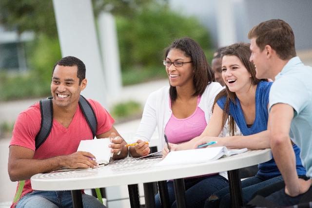 大学で談笑するグループ