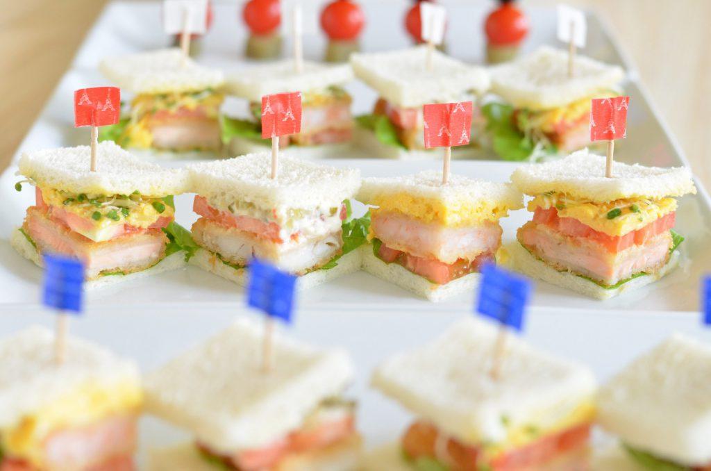 テーブルいっぱいに並ぶサンドイッチ