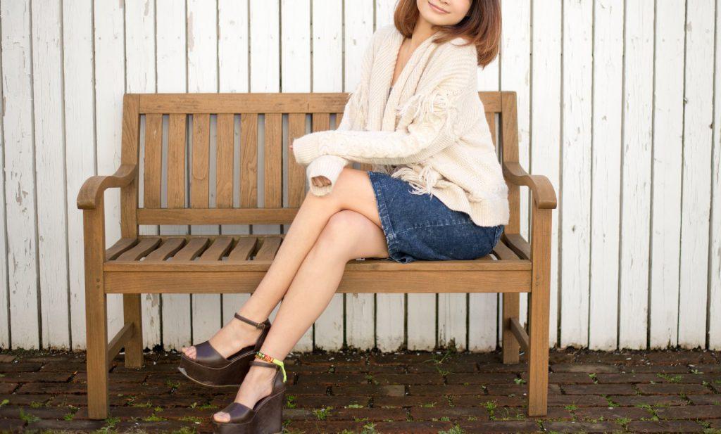 足を組んで椅子に座る女性