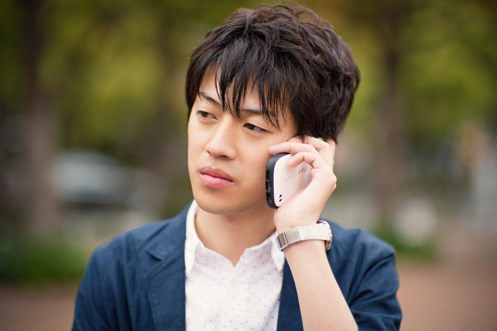 電話でキャンセルを伝える男性