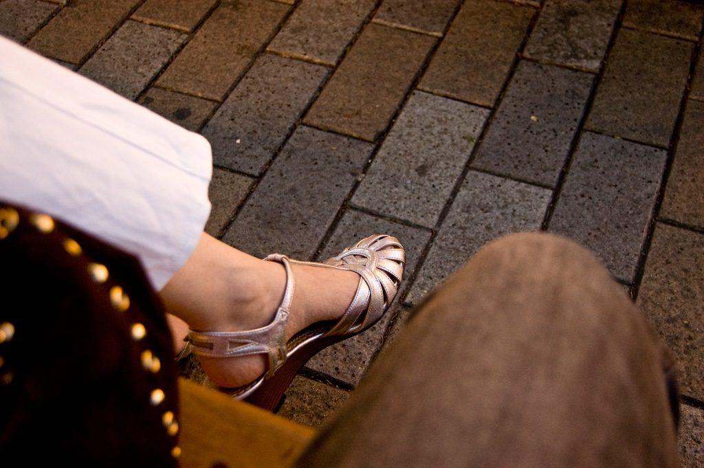 夜道を歩く男女の足元