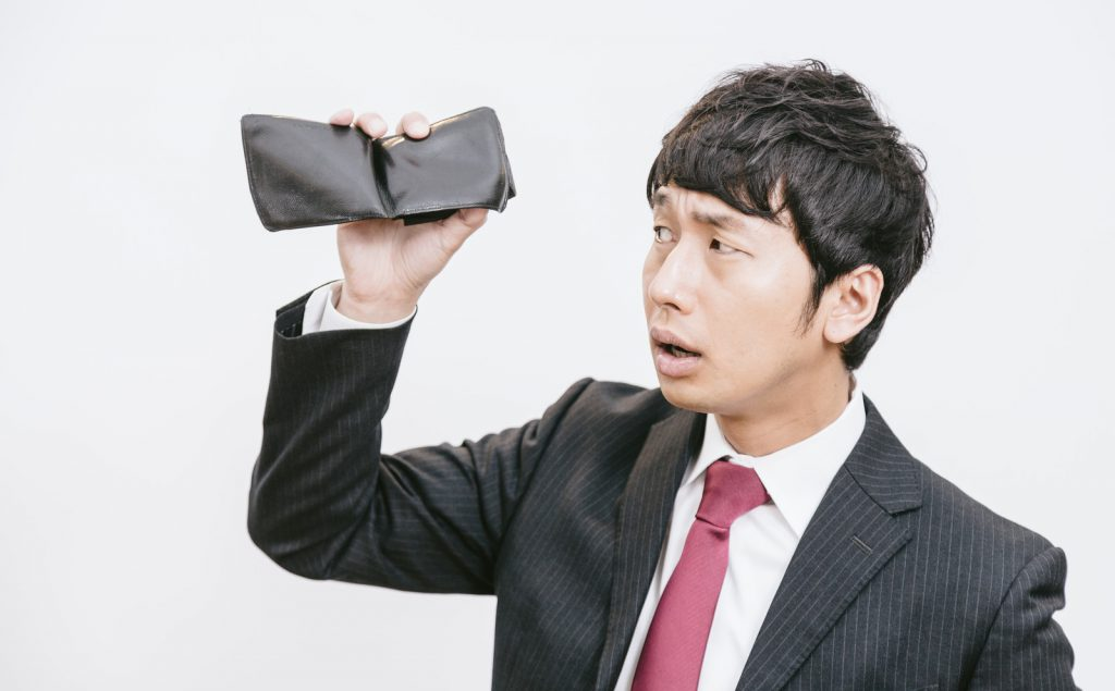 財布に一銭もない男性
