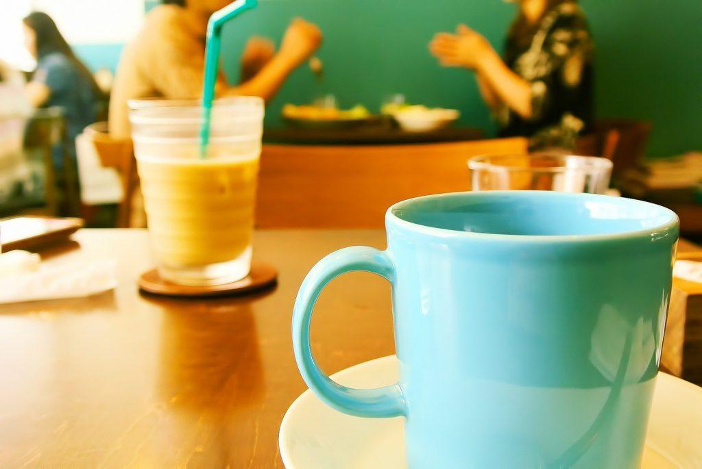 マグカップが2つ置かれたカフェ