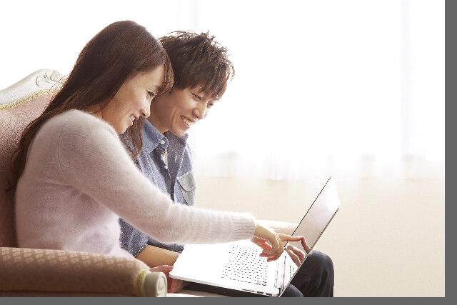 PCを二人で覗くカップル