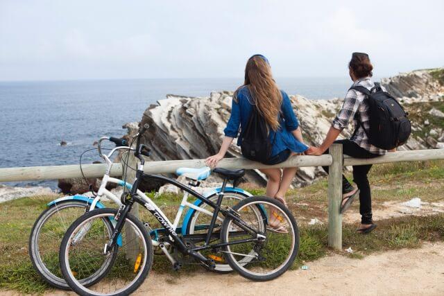 サイクリングで山の上に行く男女