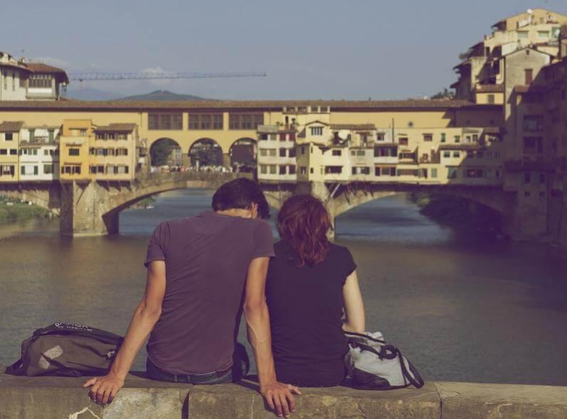 川岸に座り込むカップル