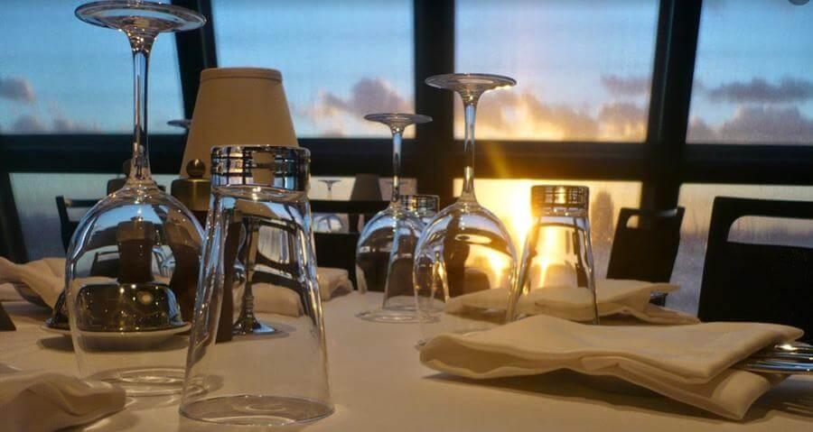 景色がきれいなレストランのテーブル