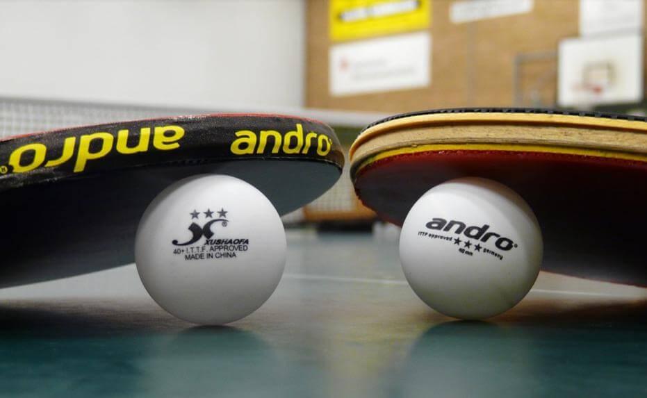 卓球台とラケットとピンポン玉