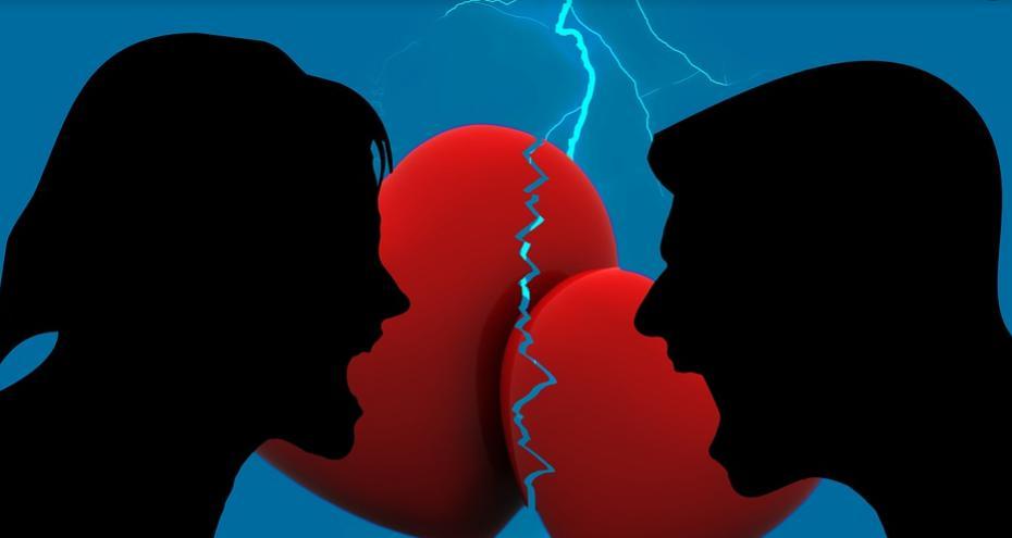 感情的に口論する男女