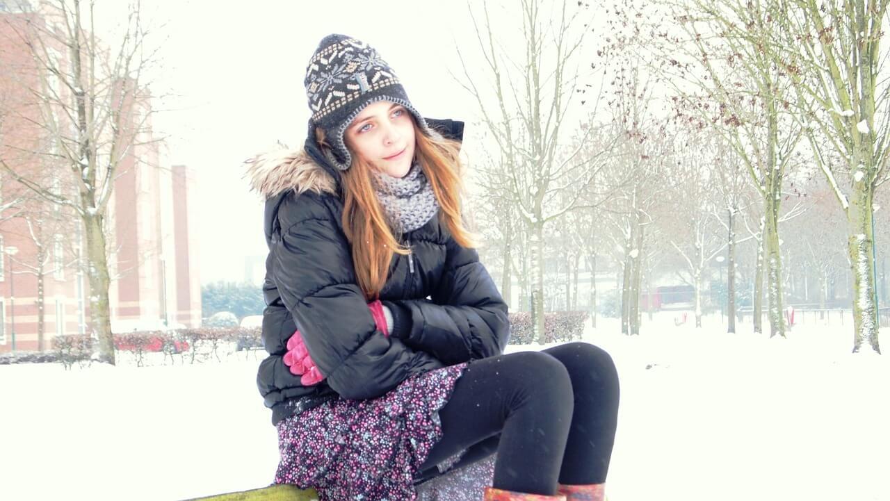 雪の上を歩く女性