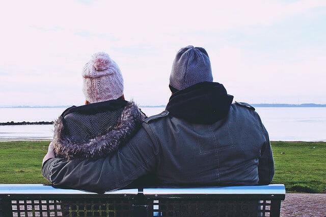 冬のカップルの後ろ姿