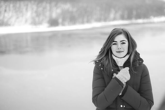 雪景色の中で待つ女性