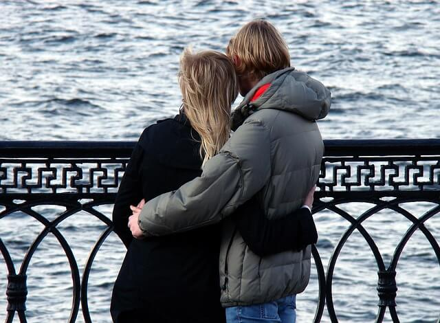 水辺で寄り添うカップル
