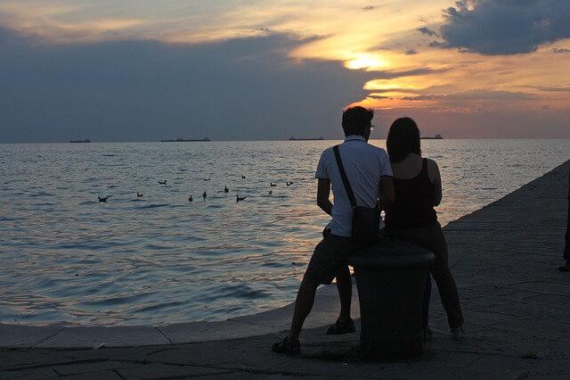 夕日に照らされているカップル