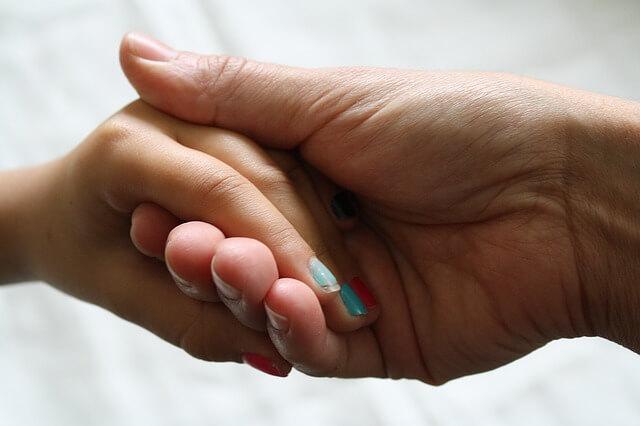 手をつなぐ女性