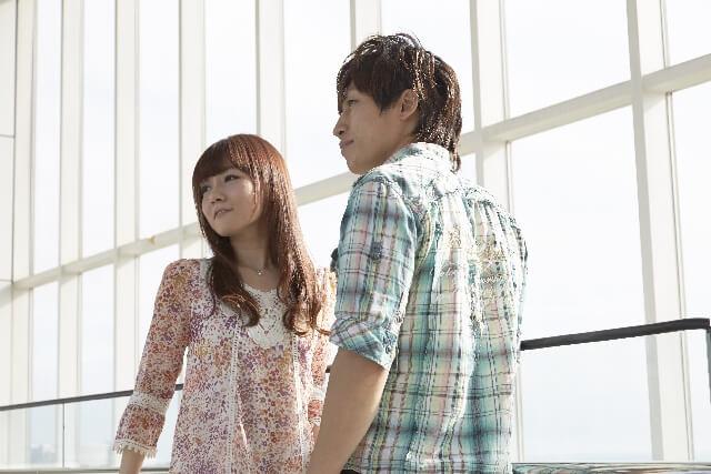 展望台で景色を見るカップル