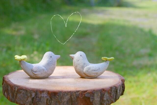 木でつくられたペアの小鳥
