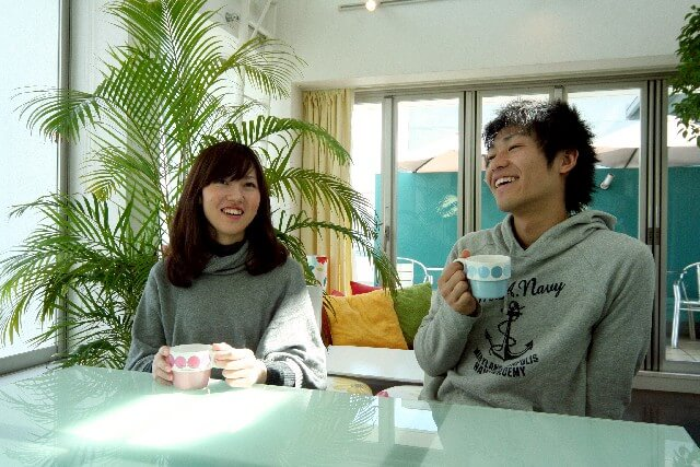 カフェでデートするカップル
