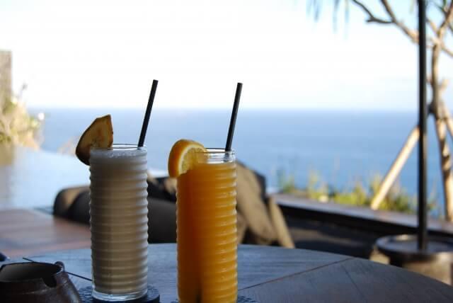 海が望めるレストランにある2つのジュース
