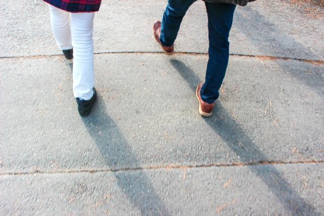 歩く男女の足並み
