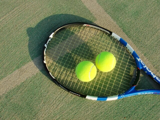 場ボラのテニスラケットとテニスボール2つ
