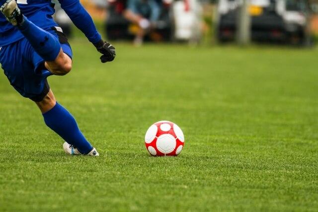 サッカーボールを蹴る瞬間