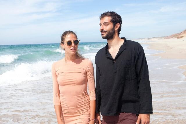 海辺を話しながら散歩するカップル
