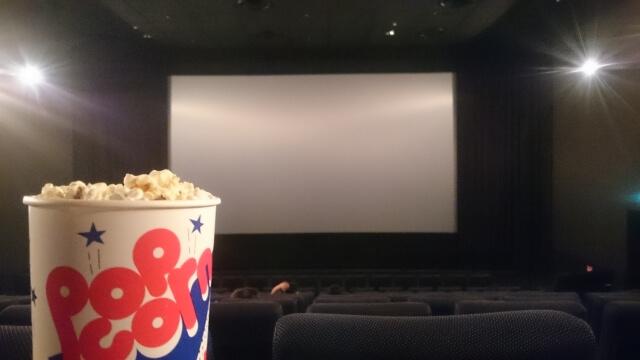 映画館のスクリーンとポップコーン