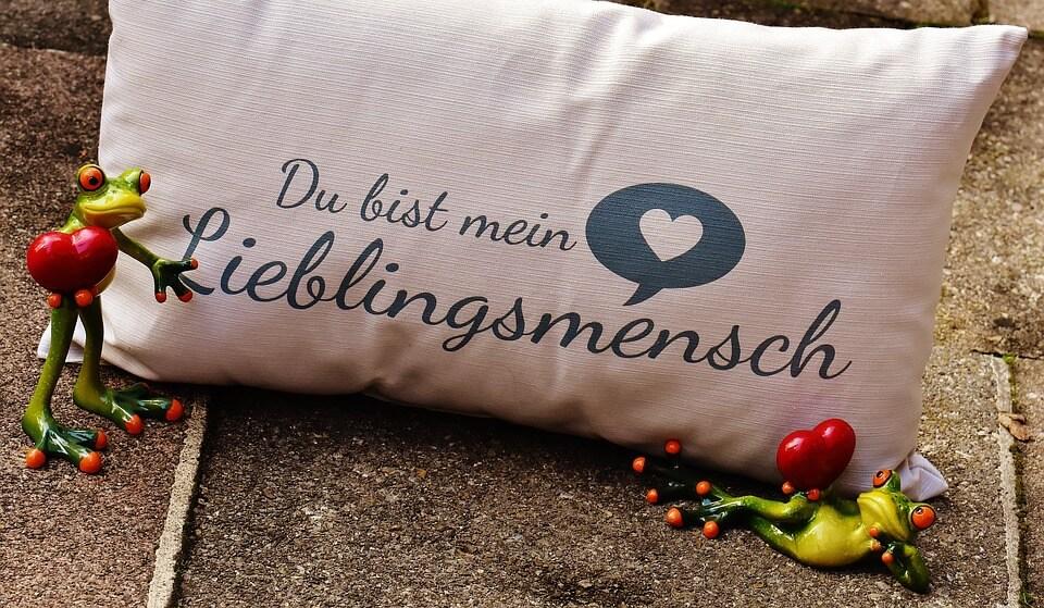 枕にメッセージが記載された愛情表現
