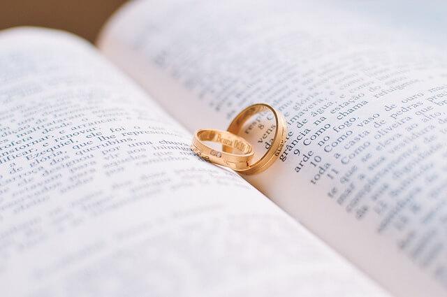 本に挟まった金色のリング