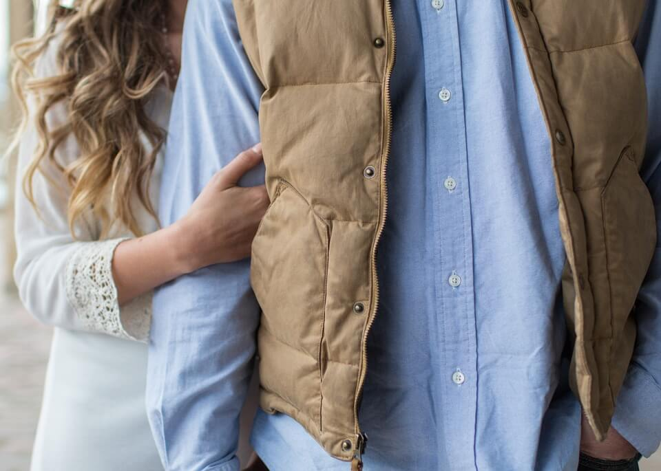 男性の袖をつかむ女性