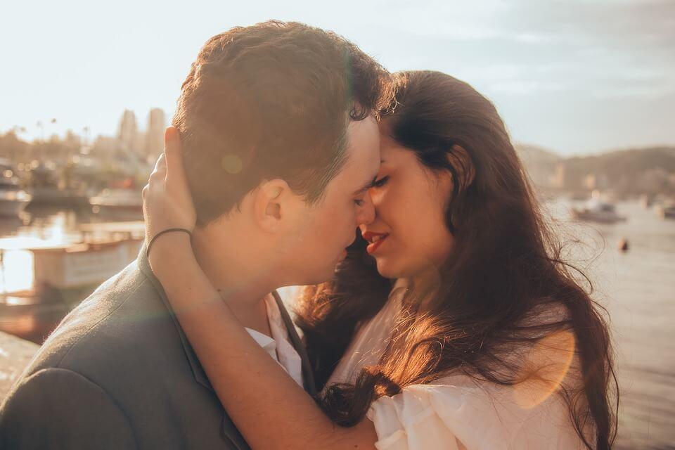 抱き合いながらキスするカップル