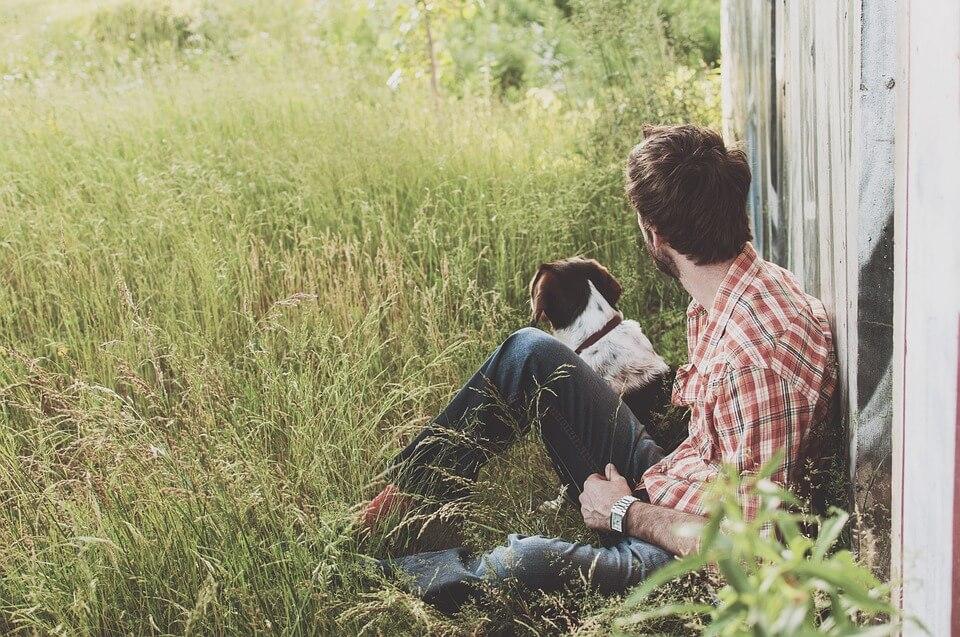 そっぽを向く原っぱに座る少年