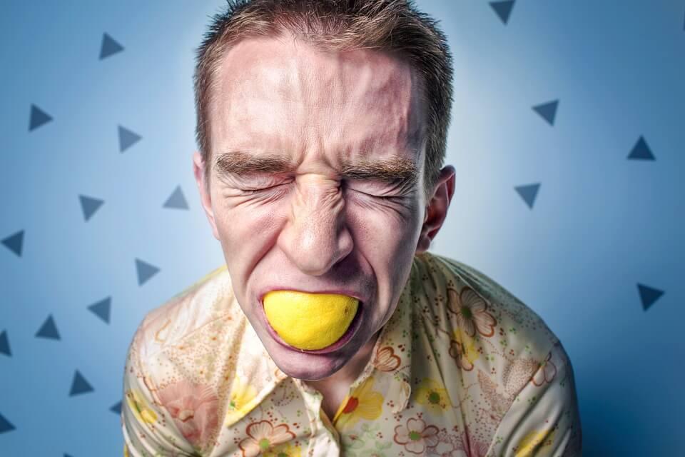レモンを加え酸っぱさに悶絶する男性