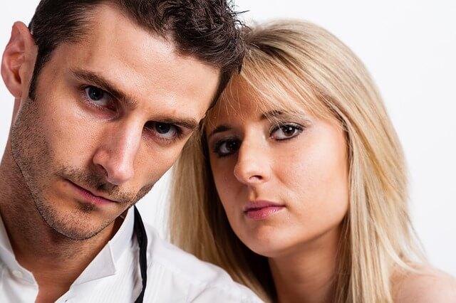 正面をかっこつけながら睨みつけるカップル