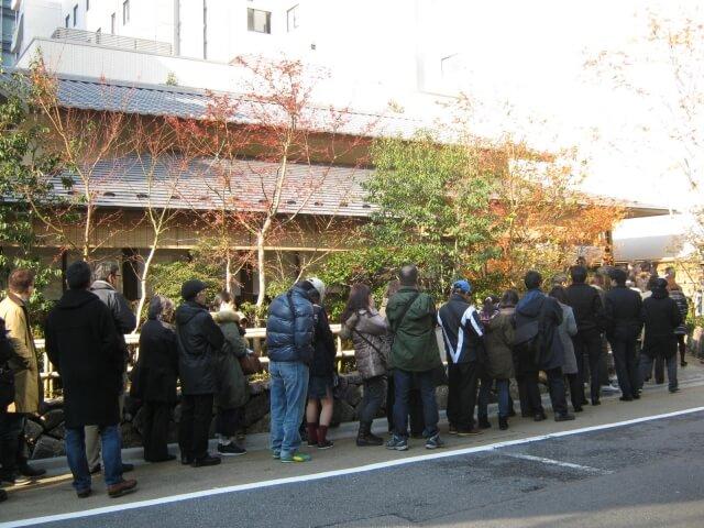 人気店に並ぶ群衆