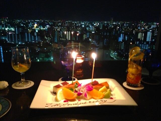 きれいな夜景をバックにした記念日ケーキ