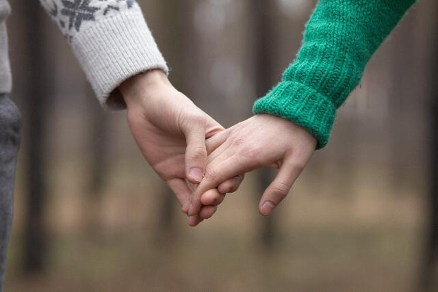 冬場に手をつなぐカップル