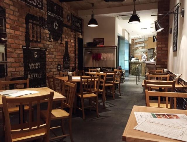 開店前で静かなカフェの店内