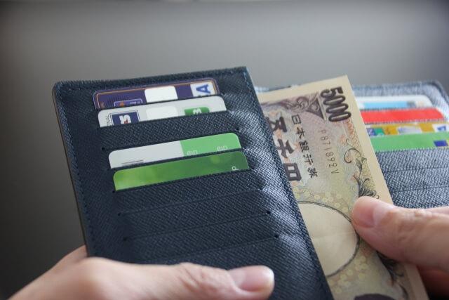 お財布に入ったカードと札束
