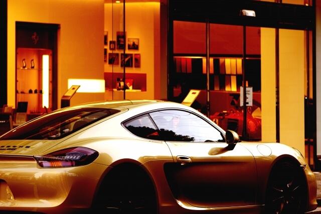 高級レストランとその前に停まる高級車