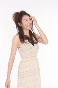 髪をかき上げ笑う女性