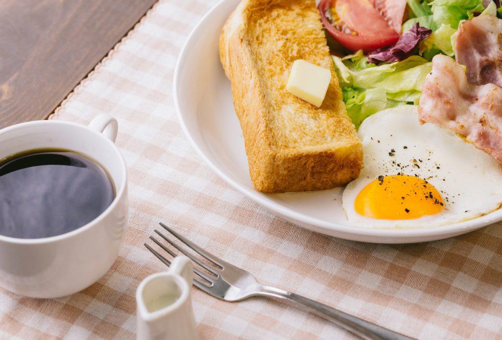 コーヒーとトーストの朝食